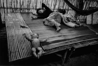 Новорожденный ребенок в лагере беженцев