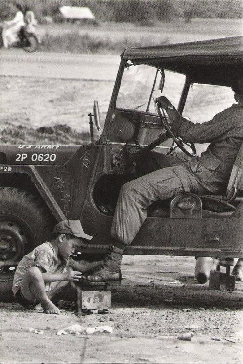Африканский мальчик чистит сапоги военному, Gilles Caron