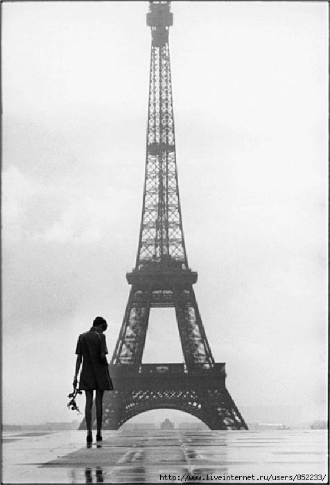 одинокая девушка в мокром Париже
